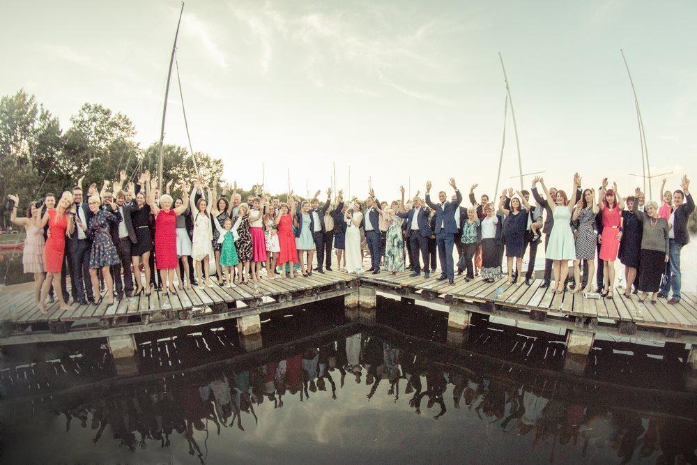Zdjęcie grupowe na pomoście fotografia ślubna poznań