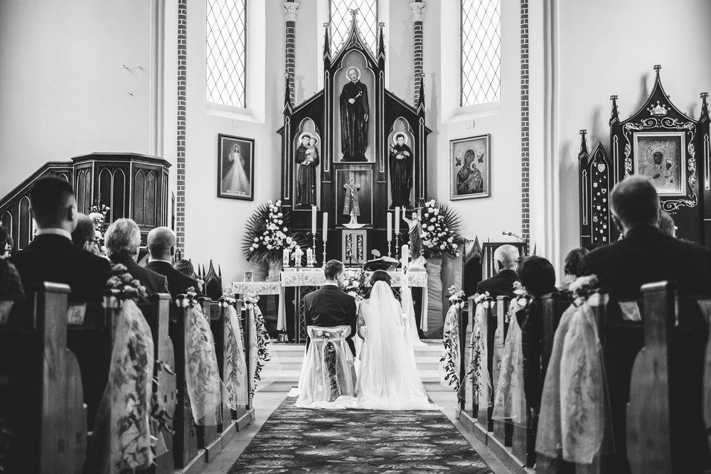 Zdjęcie pary młodej w kościele w czarnkowie