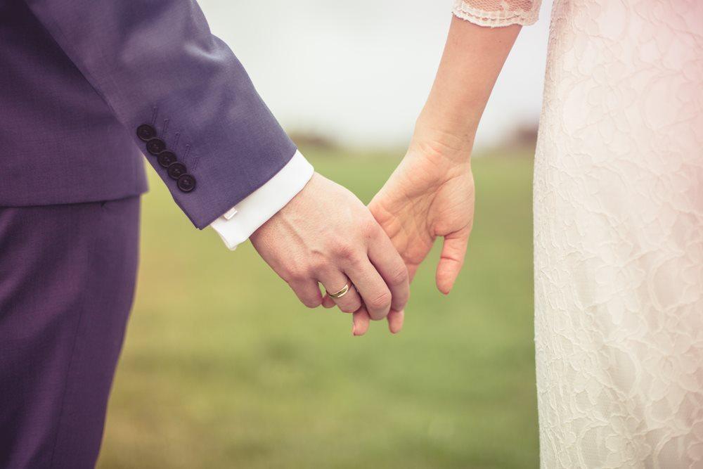 detal podczas sesji plenerowej fotografia ślubna poznań