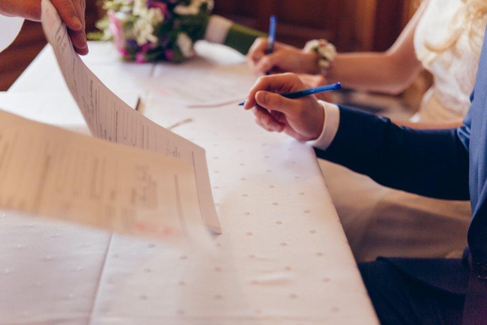 Podpisywanie dokumentów przed ceremonią fotograf poznań