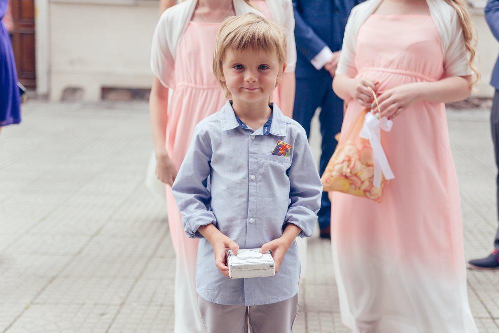 Dziecko niesie obrączki na ślub