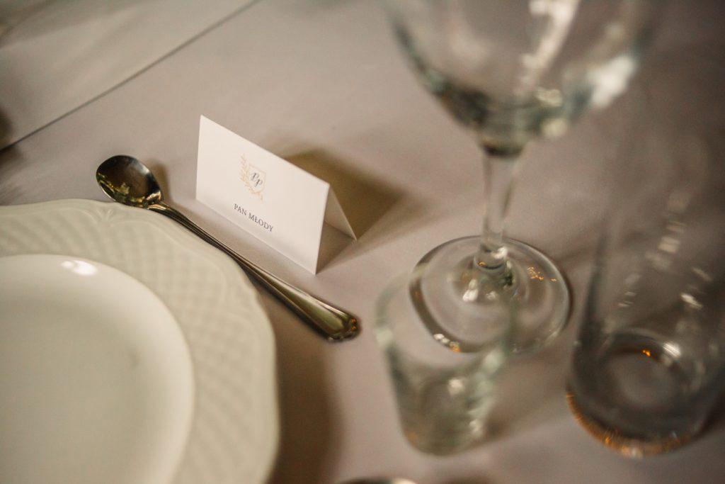 Etykietki na stole na sali weselnej fotografia ślubna gniezno poznań Bajkowy ślub w Wąsowie