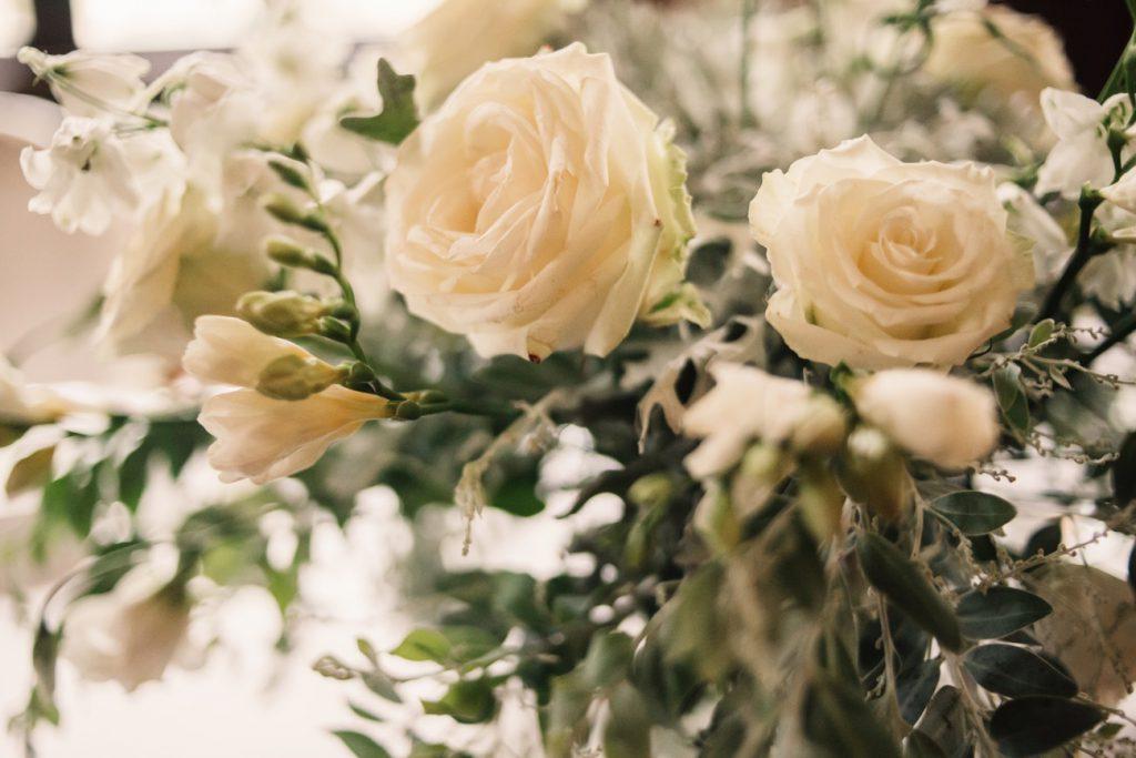 Róże na sali weselnej w Pałacu Wąsowo fotografia ślubna gniezno poznań