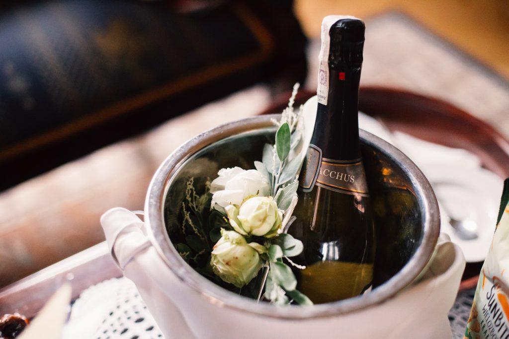 szampan oraz róże przed ślubem w pałacu Wąsowo pod Poznaniem
