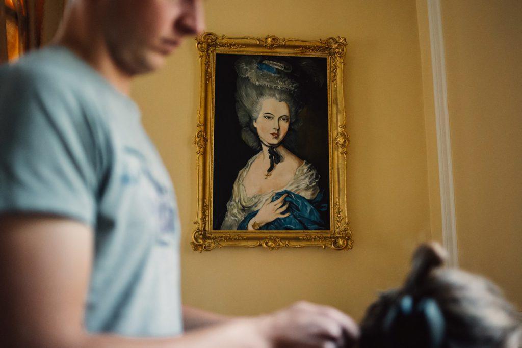 Fotograf wykonał zdjęcie podczas przygotowań w Pałacu Wąsowo obok poznania przed ślubem
