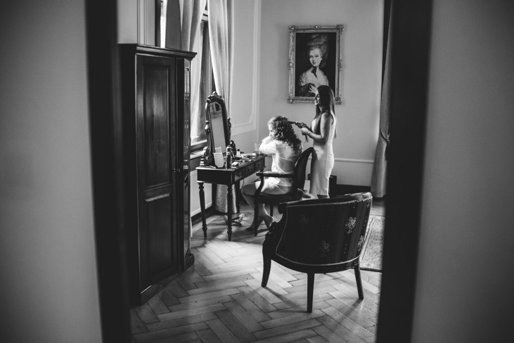 Fotografia ze ślubu przedstawiająca Pannę Młodą podczas przygotowań w Pałacu Wąsowo obok Poznania
