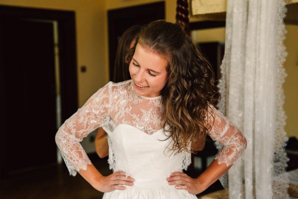 Uśmiechnięta Panna młoda podczas przygotowań fotografia ślubna gniezno