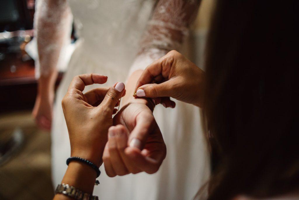 Kolejne zdjęcie podczas przygotowań w pałacu Wąsowo przed ślubem