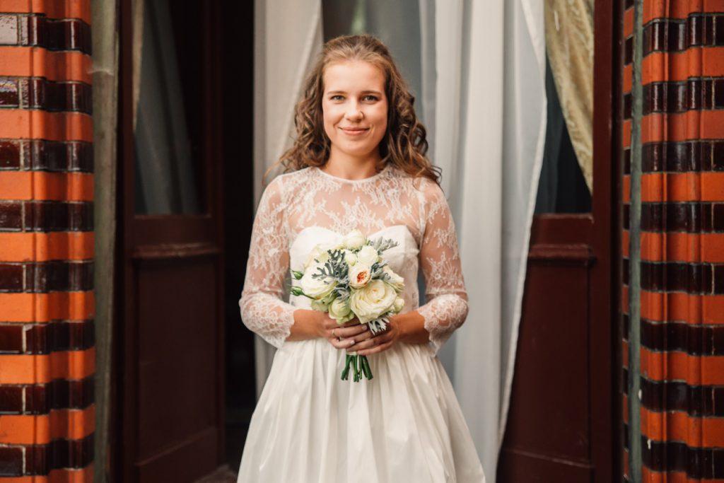 Koronkowa Suknia ślubna uśmiechnięta Panna Młoda