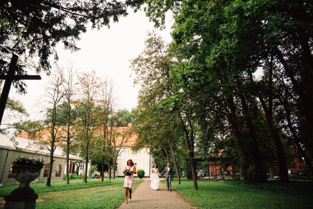 Para Młoda w drodze na ceremonię ślubną w Wąsowie