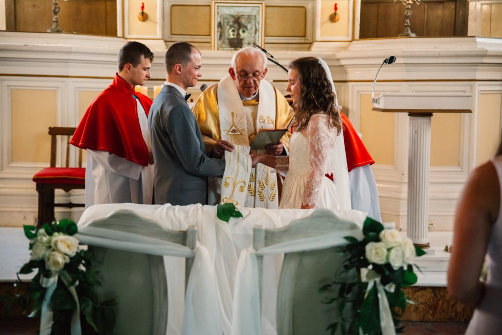 Para Młoda podczas ceremonii Slubnej w kapliczce w Wąsowie Fotograifa