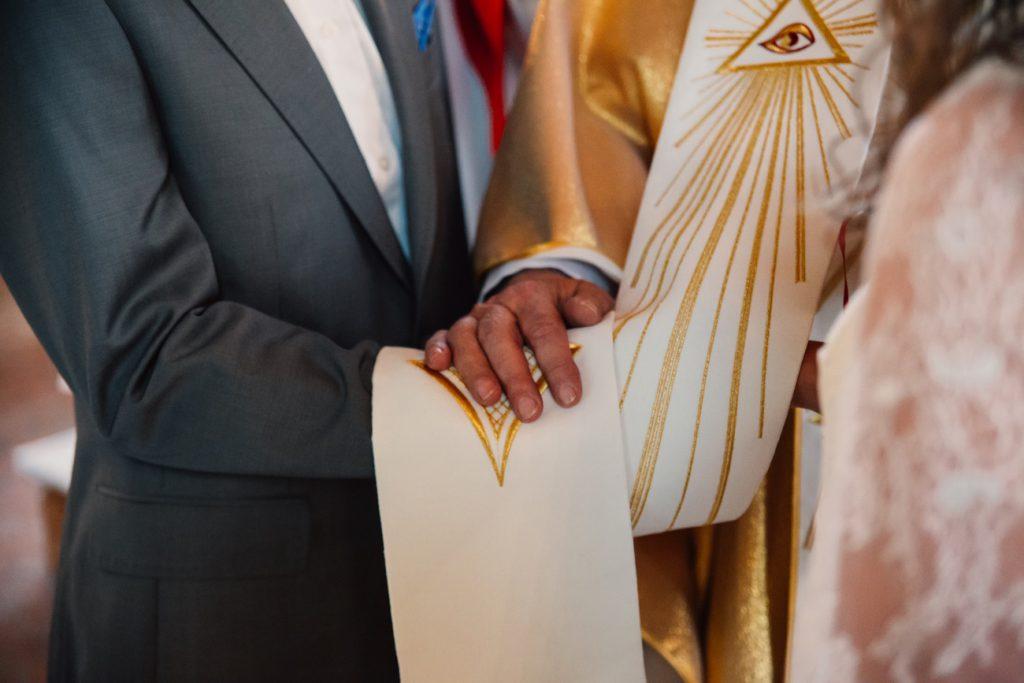 Detal na dłonie pary młodej fotografia ślubna poznań