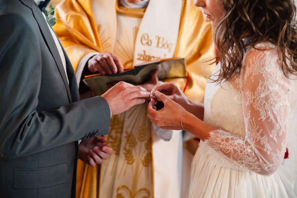 Fotografia ślubna podczas zakładania obrączek