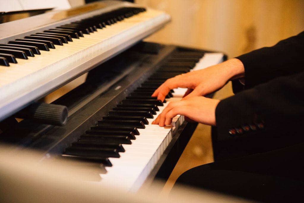 Pianista na ceremonii ślubnej