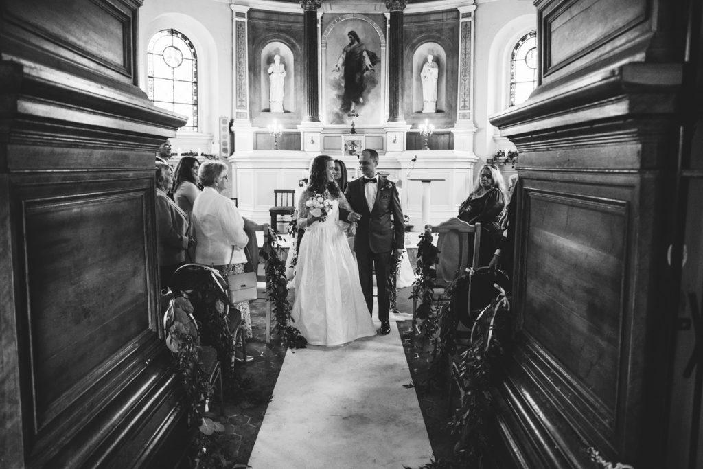 Wyjście z kościoła po ceremonii ślubnej fotografia