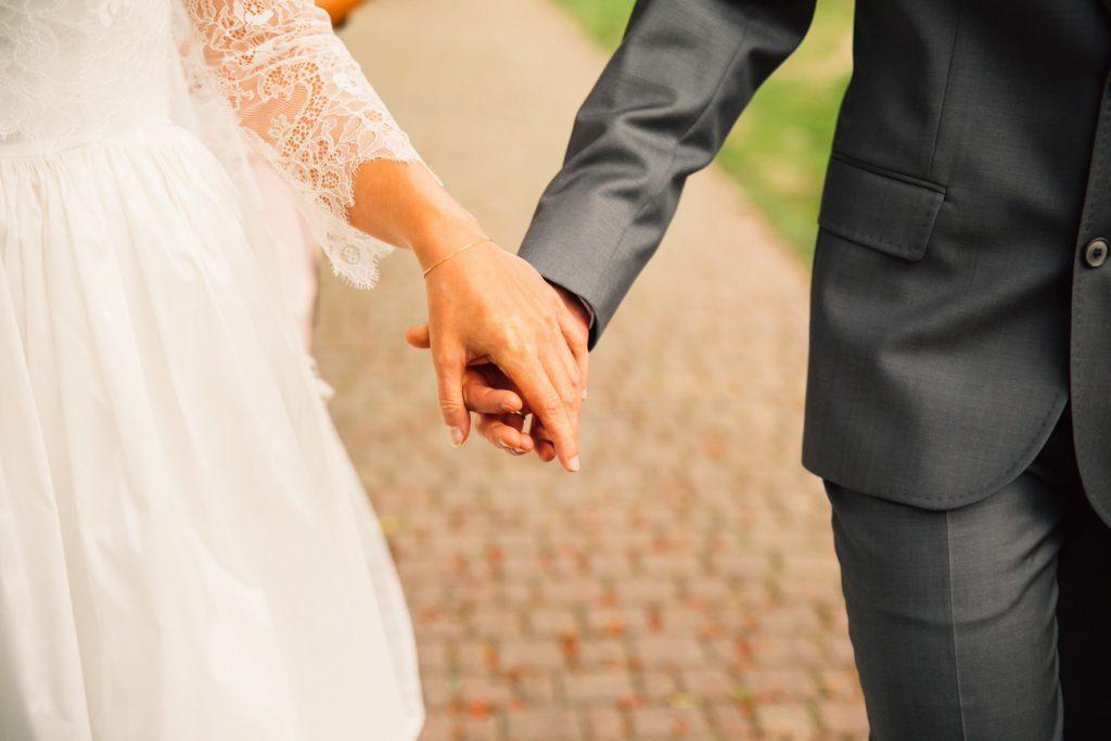 Para Młoda trzyma się za dłonie fotografia ślubna Poznań