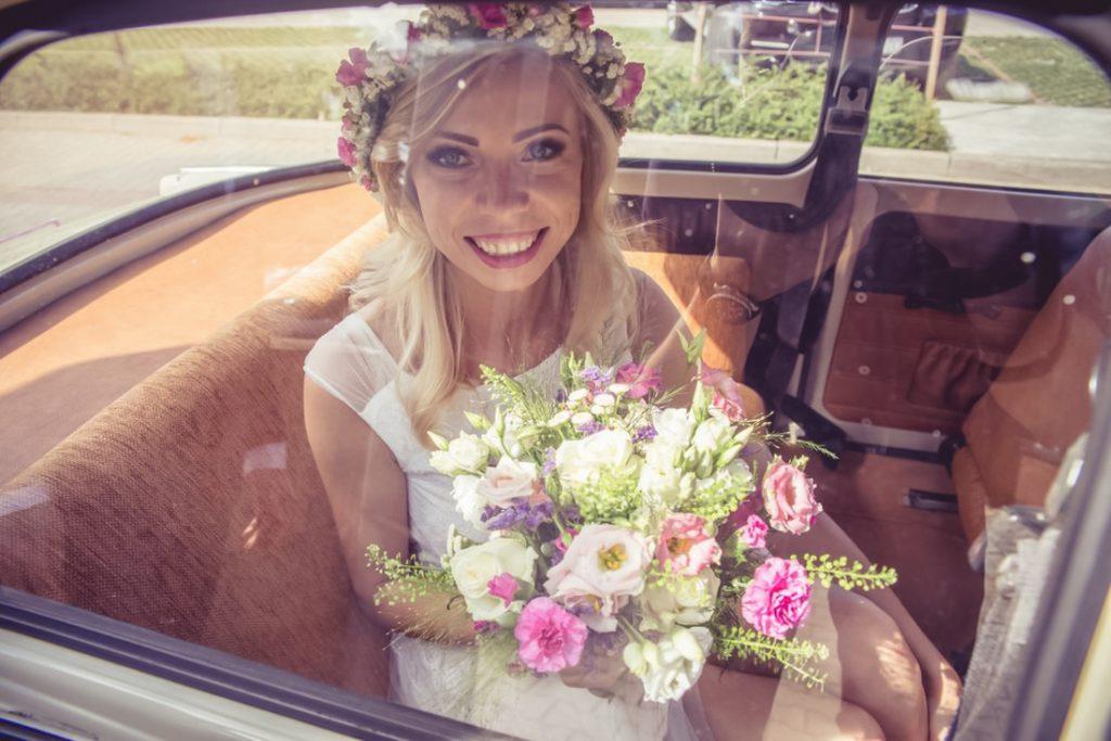 Uśmiechnięta Panna Młoda i Jej bukiet ślubny fototrafia Ślubna Krotoszyn