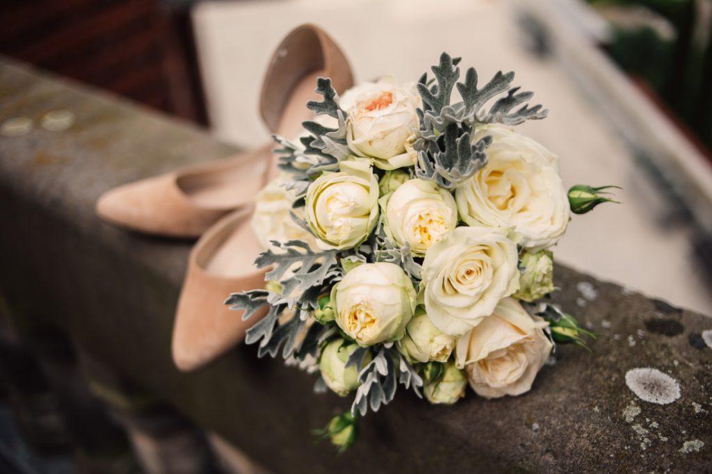 bukiet Panny Młodej i buty do ślubu Pałac wąsowo