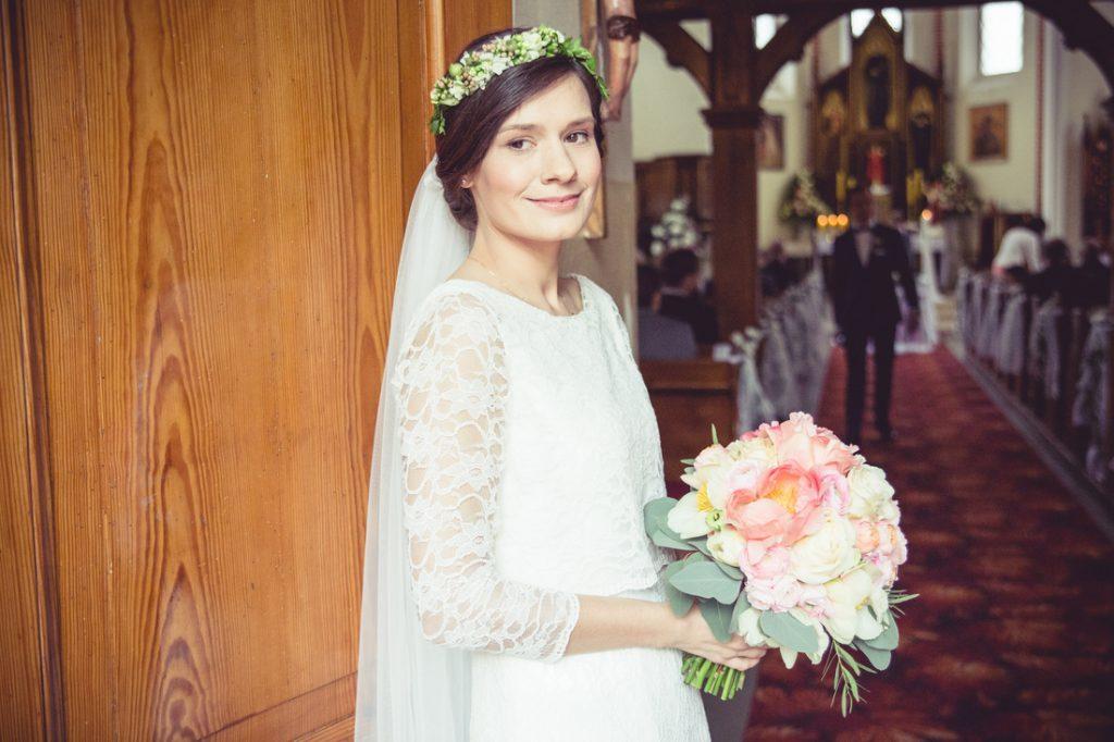 Panna Młoda, bukiet i chwila przed ceremonią fotograf ślub czarnków poznań