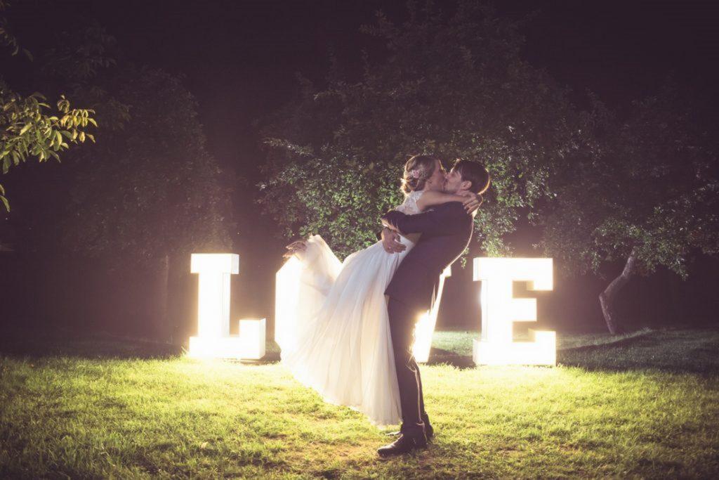 Świecący napis LOVE i para młoda w pałacu na opieszynie Wsześnia