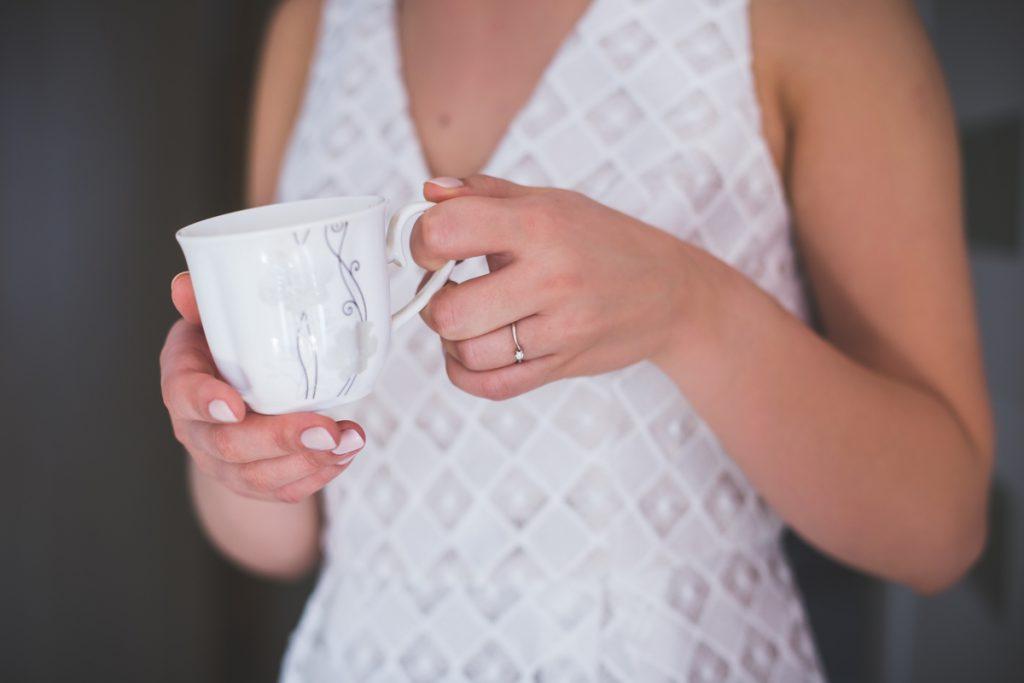 filizanka kawy w rękach panny młdej