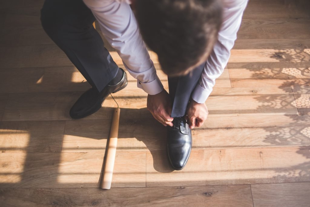 Zakładanie butów pana młodego