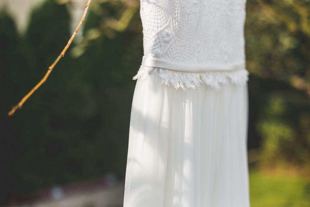 Delikatna minimalistyczna suknia do ślubu