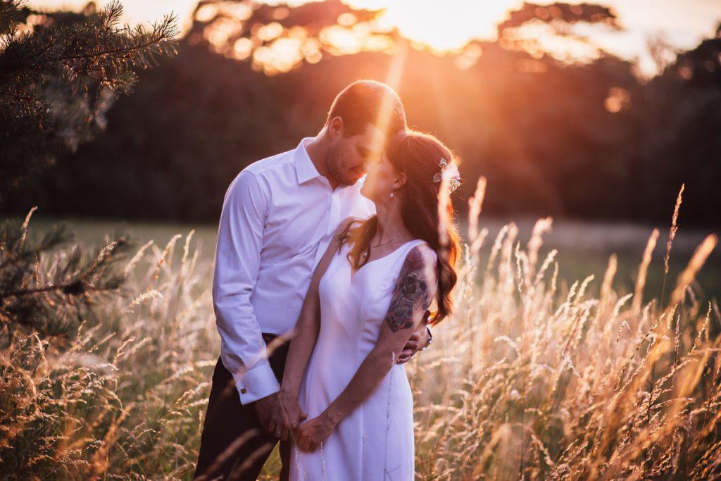 Zdjęcie przy zachodzie słonca sesja plenerowa naturalna fotografia ślubna poznań