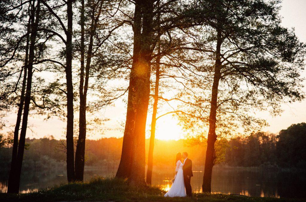 Zdjęcie przy jeziorze sesja plenerowa naturalna fotografia ślubna poznań